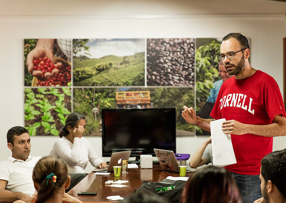 Cornell University economist Juan Nicolás Hernandez-Aguilera lectured to a class at the offices of the De Los Andes Cooperativa. Photo by Guillermo Santos